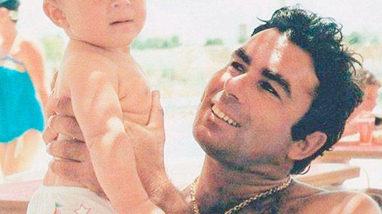 Kiko Rivera en brazos de su padre, Paquirri. (IG)