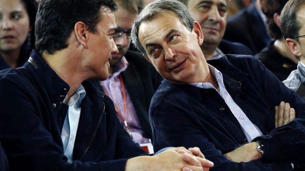 Foto: El líder del PSOE, Pedro Sánchez (i) conversa con el expresidente del Gobierno José Luis Rodríguez Zapatero. (EFE)