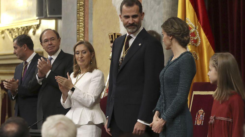 Foto: Felipe VI y doña Letizia son recibidos por los presidentes del Congreso, Ana Pastor, y del Senado, Pío García-Escudero (2i), en el Congreso. (EFE)