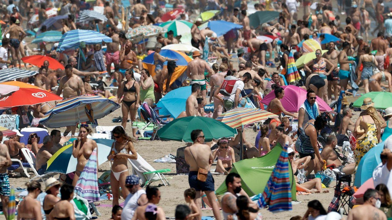 Vista general de la playa de la Malvarrosa (Valencia), atestada de gente el primer fin de semana de julio. (EFE)