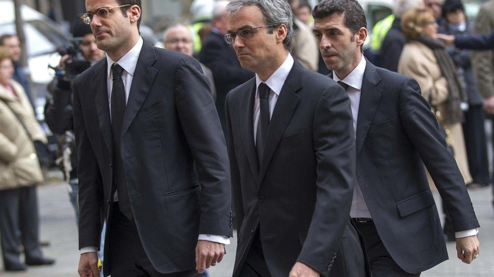 Foto: José Manuel Lara junior (derecha) junto a su hermano Pablo durante el funeral de su padre. (EFE)