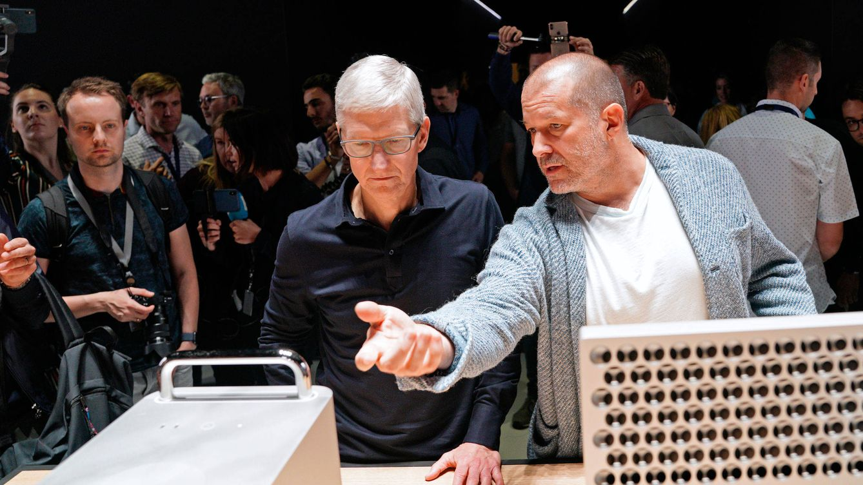 Foto: Jonathan Ive (derecha) junto al CEO de Apple. (Reuters)