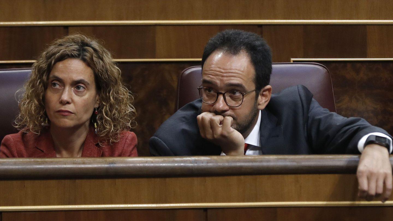 Meritxell Batet y Antonio Hernando, miembros aún de la dirección del Grupo Socialista, el pasado 14 de junio en el Congreso. (EFE)