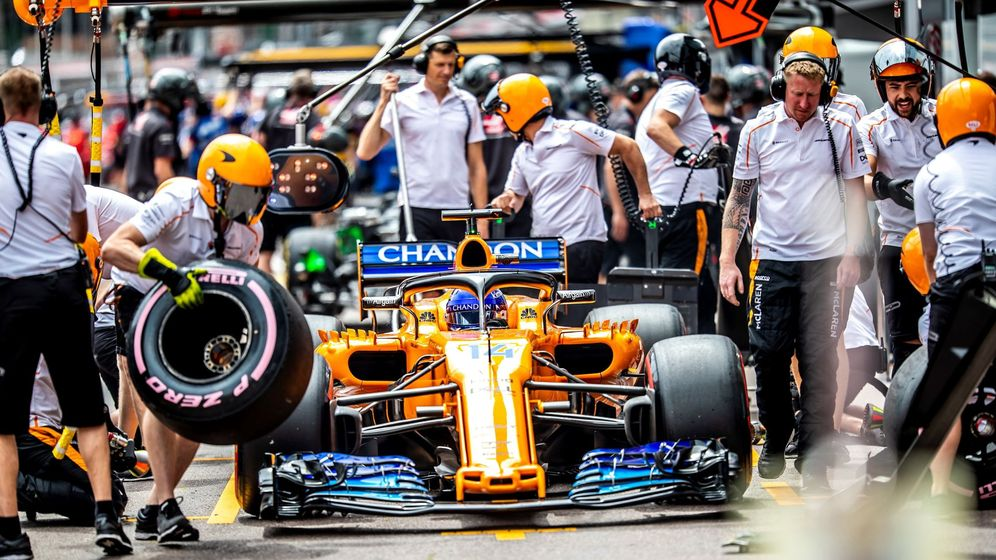 Foto: El McLaren de Fernando Alonso pasando por boxes. (EFE)