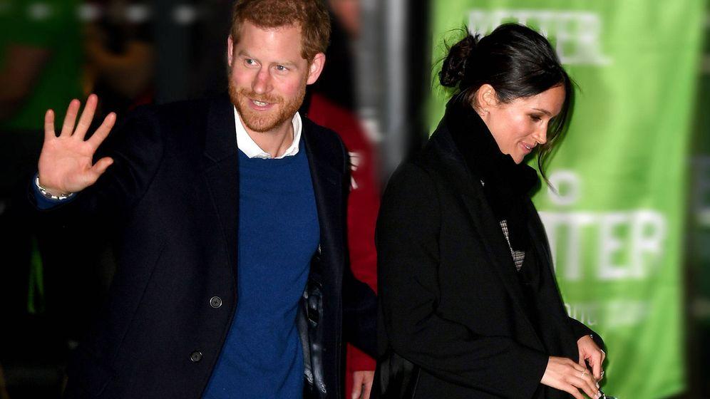 Foto: El príncipe Harry muestra su mano junto a Meghan Markle. (Gtres)