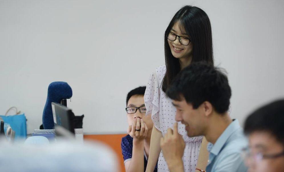 Foto: Conocidas como 'cheerleaders de la programación' las empresas chinas las contratan para que mantengan contentos a los trabajadores varones. (Facebook Trending in China)