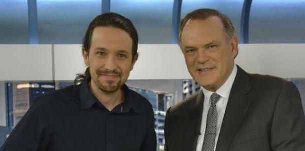 Foto: Pablo Iglesias y Pedro Piqueras este lunes en el plató de 'Informativos Telecinco'