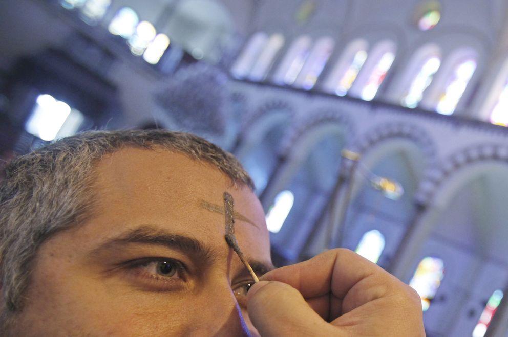 Foto: Un cristiano maronita durante un servicio en el Ash Monday en una iglesia de Beirut, Líbano (Reuters).