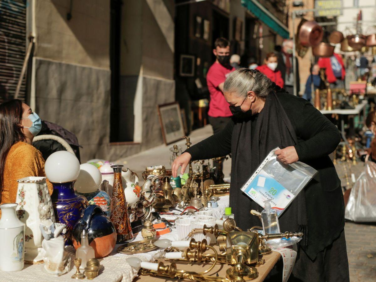 Foto: People shop at el rastro flea market in madrid