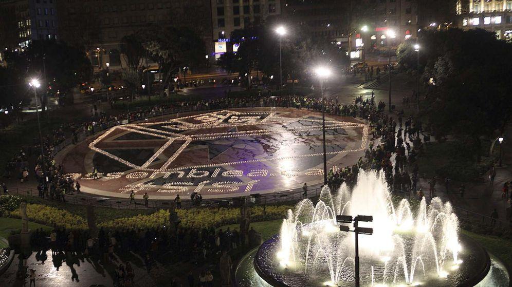 Foto: Intervención de la ANC en la Plaza de Catalunya con el encendido de 15.000 velas con forma de urna antes del 1-O. (EFE)