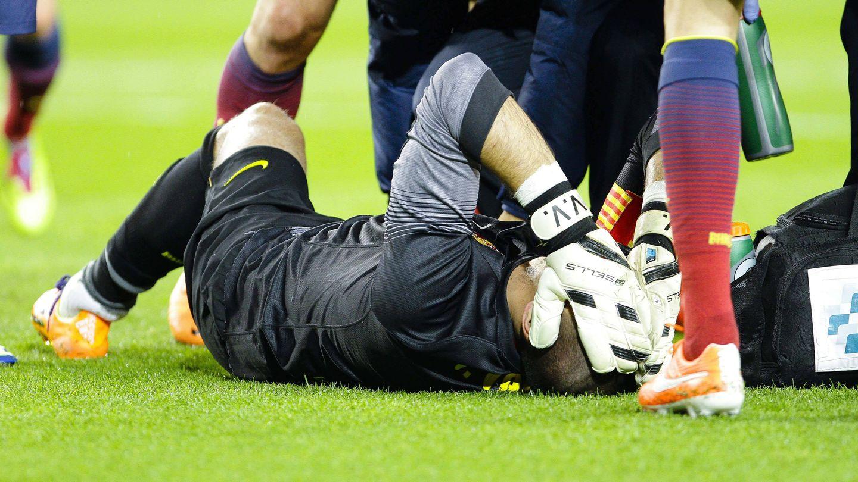 Víctor Valdés, después de lesionarse ante el Celta (Cordonpress).