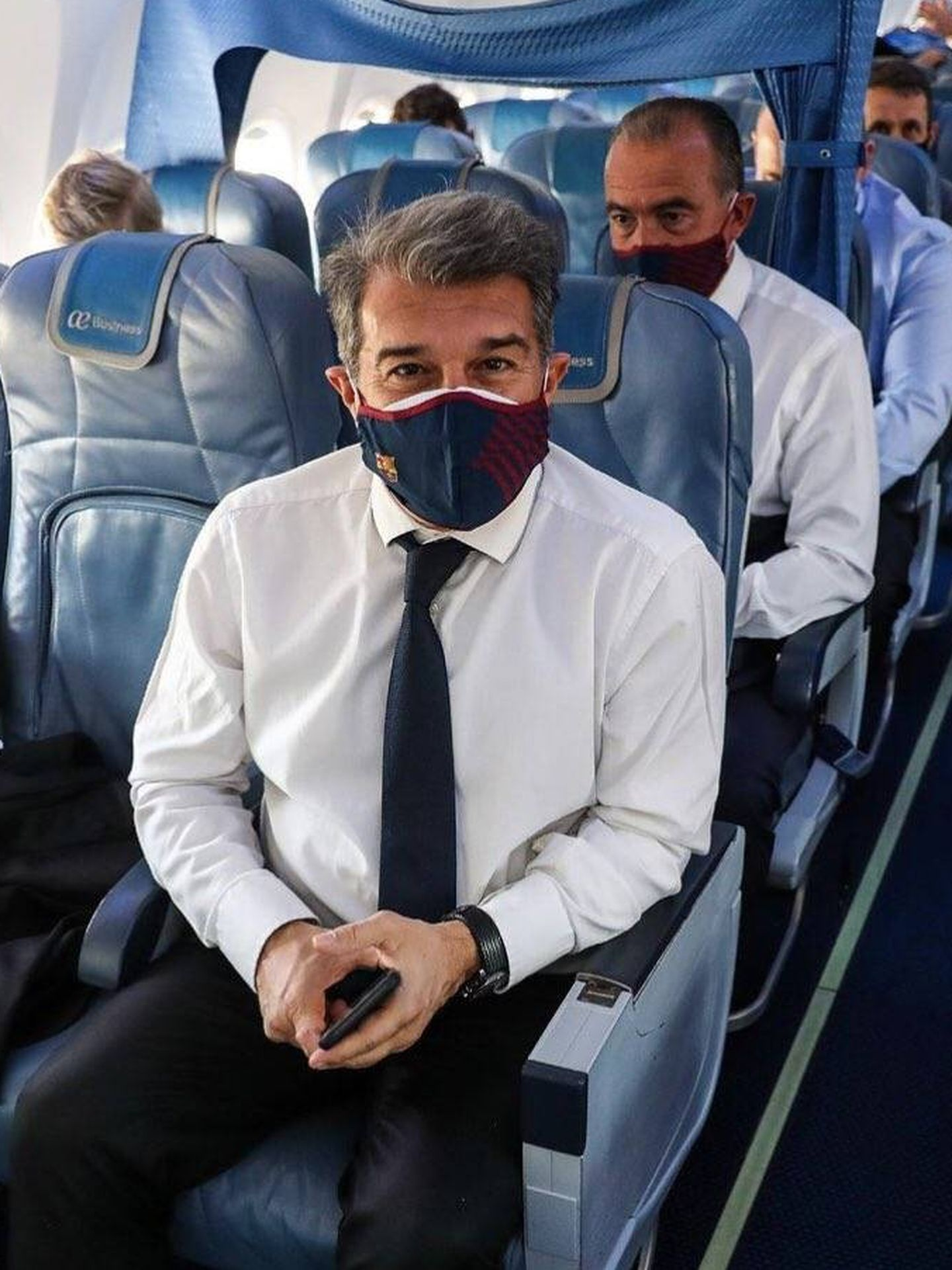 Joan Laporta, en el avión que llevó al FC Barcelona a París.