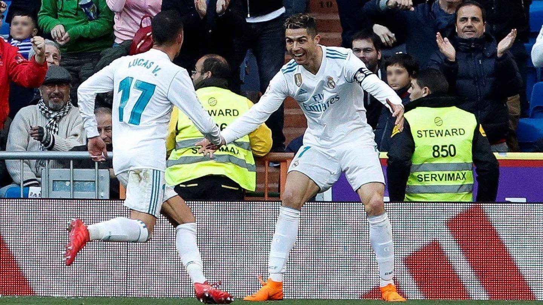 Cristiano Ronaldo celebra con Lucas Vázquez su segundo gol en la victoria del Real Madrid ante el Alavés. (EFE)