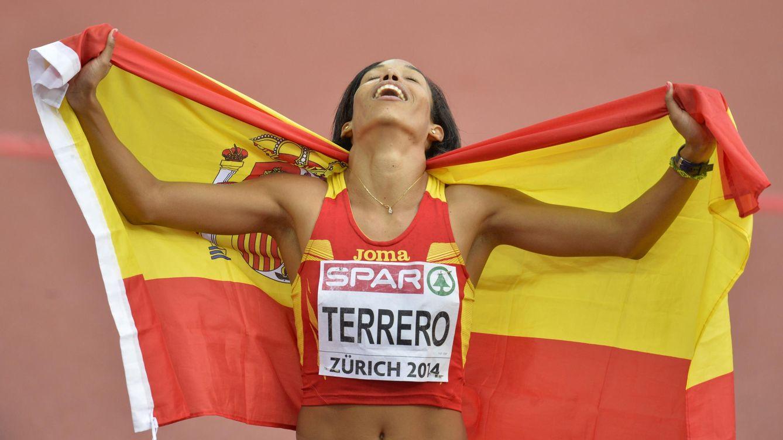 Foto: Indira Terrero celebra su medalla (Efe).