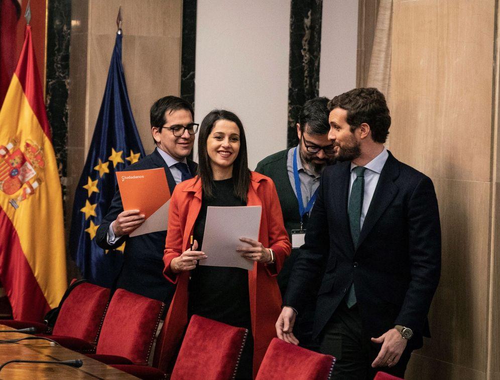 Foto: Casado, Arrimadas y Espejo, durante su encuentro en el Congreso este martes. (EFE)