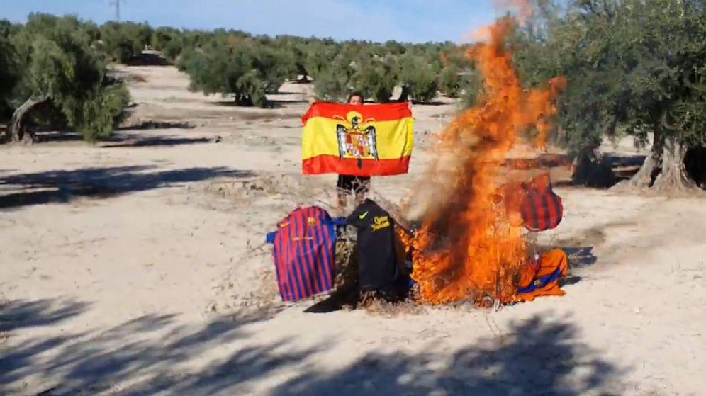 Foto: Joaquín, con su bandera con el escudo del águila, detrás de la hoguera que preparó con las camisetas (Foto: Facebook)