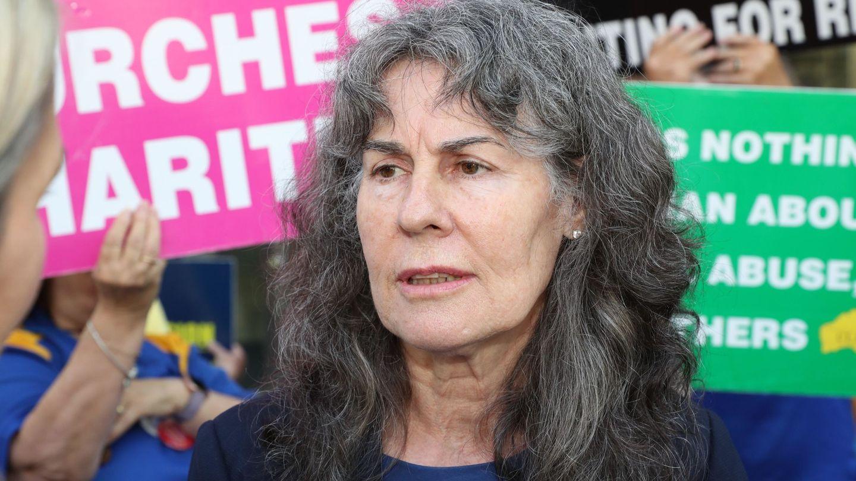 Chrissie Foster, madre de una niña abusada por cura asiste a una manifestación frente a la corte. (EFE)