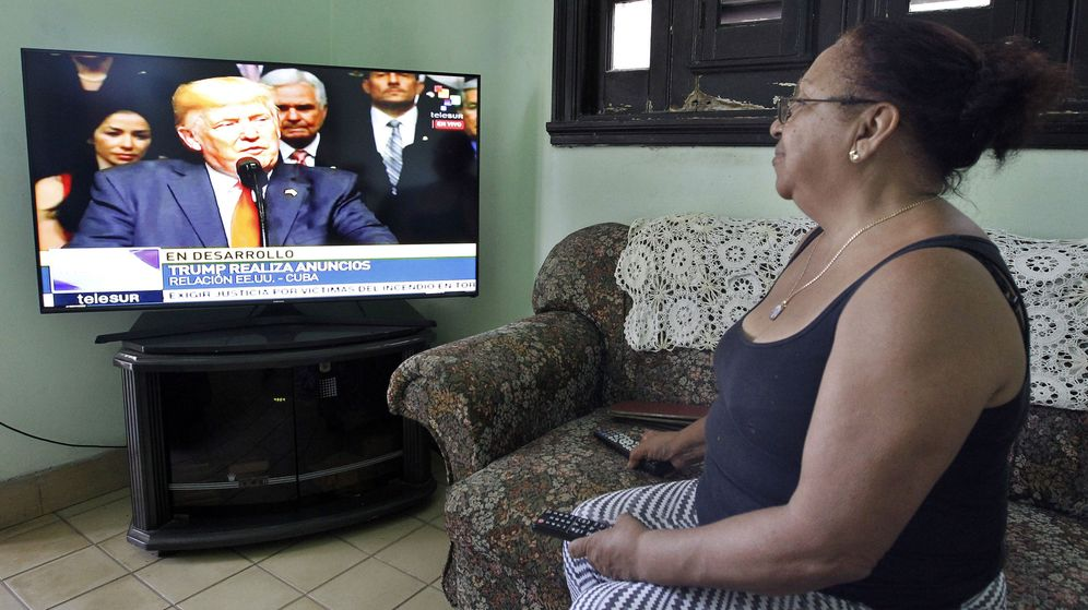 Foto: Una mujer observa el discurso del presidente de Estados Unidos, Donald Trump. (EFE)