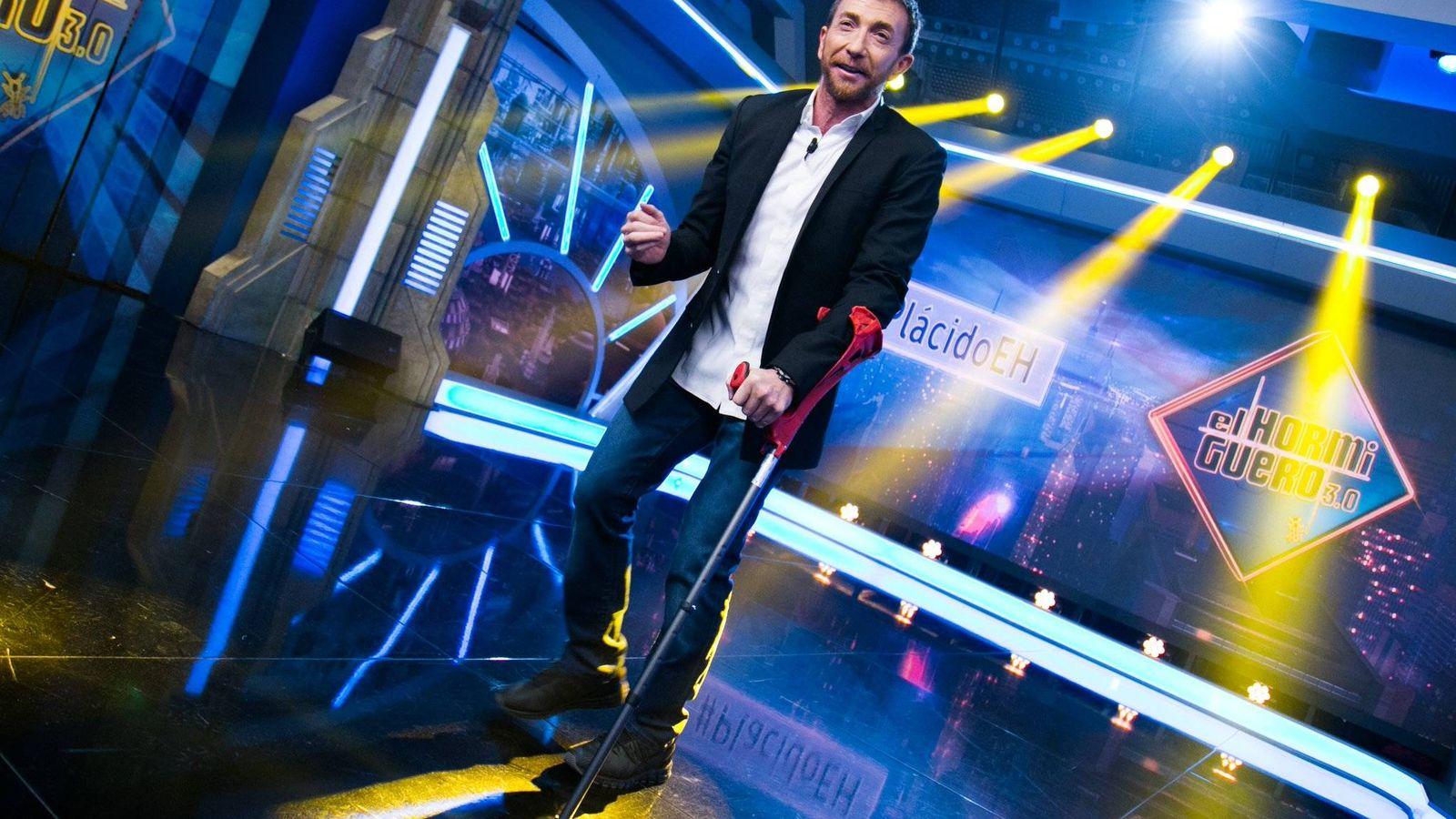 Foto: Pablo Motos aparece con muletas en 'El Hormiguero' por una lesión en el pie. (Antena 3)