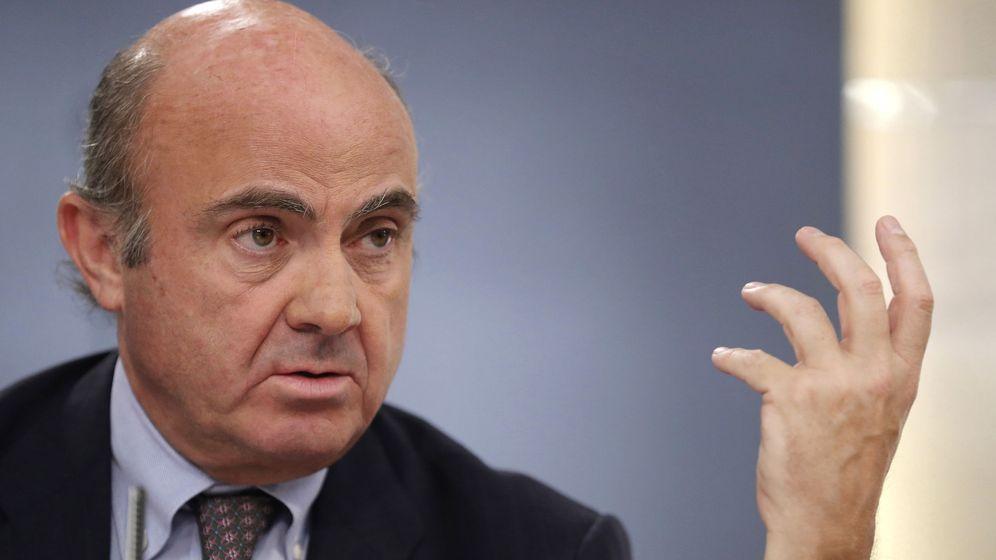 Foto: El ministro de Economía, Luis de Guindos, tras un Consejo de Ministros. (EFE)
