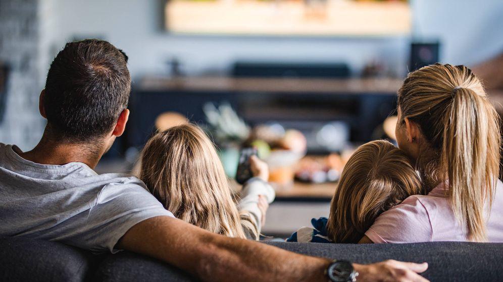 Foto: Familia ve la televisión
