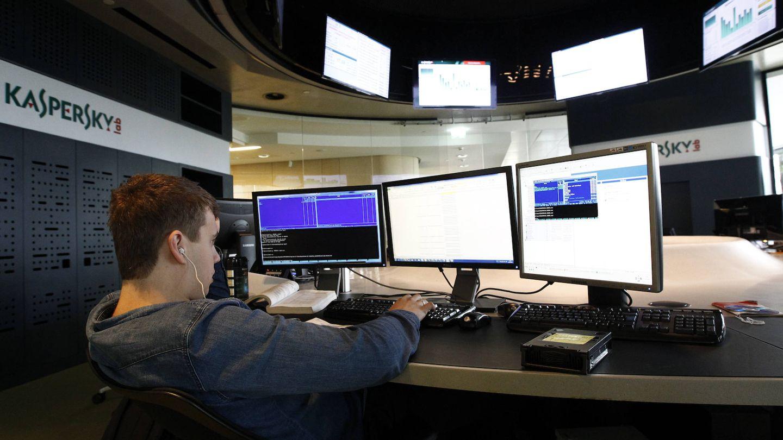 Un empleado de la firma de ciberseguridad rusa Kaspersky trabaja en su sede en Moscú. (Reuters)