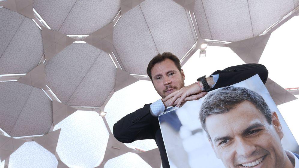 Foto: El alcalde de Valladolid, Óscar Puente, junto a una imagen de Pedro Sánchez. (EFE