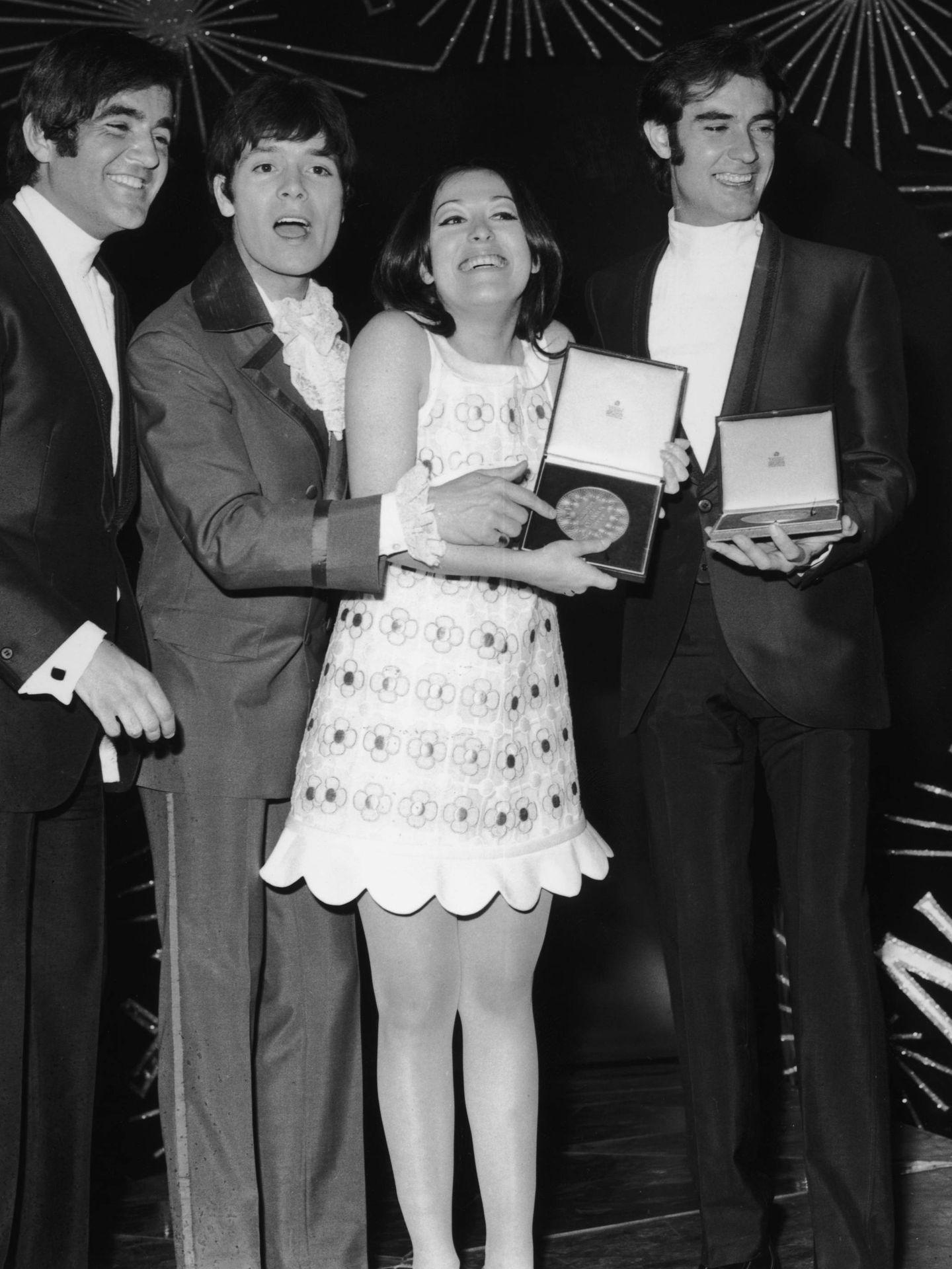 Massiel, junto al Dúo Dinámico y Cliff Richard. (Getty)