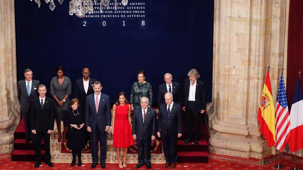 Foto: Los Reyes de España posan para la foto de familia con los galardonados con los Premios Princesa de Asturias. (EFE)
