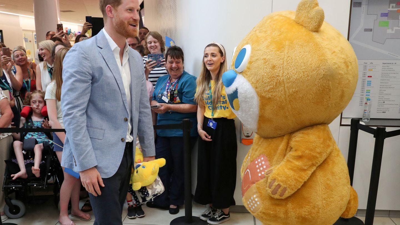 Harry con la mascota del centro. (Reuters)