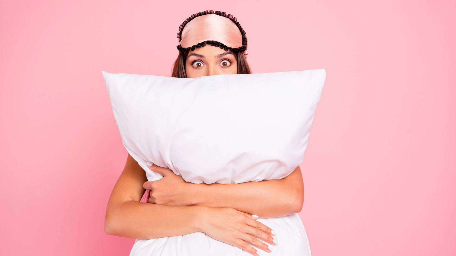 Foto: Una joven sorprendida por su sueño. (iStock)
