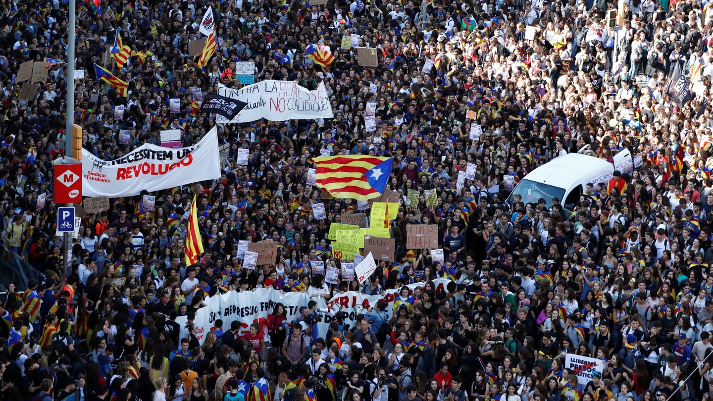 Students protest at University square after a verdict in a trial over a banned Catalonia's independence referendum in Barcelona, Spain, Spain, October 17, 2019. REUTERS Jon Nazca