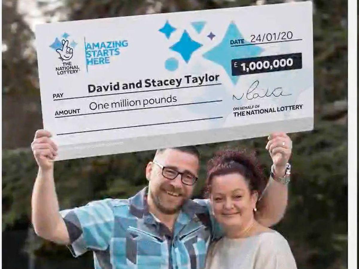 Foto: Stacey y David Taylor, felices con su millón de libras (Foto: YouTube)