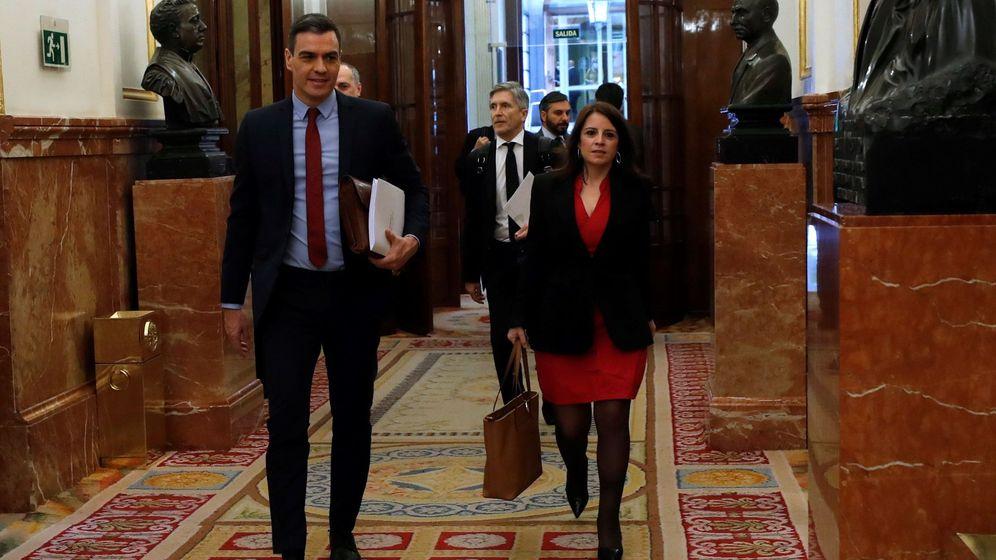 Foto: El presidente del Gobierno, Pedro Sánchez, acompañado por la portavoz socialista, Adriana Lastra. (EFE)