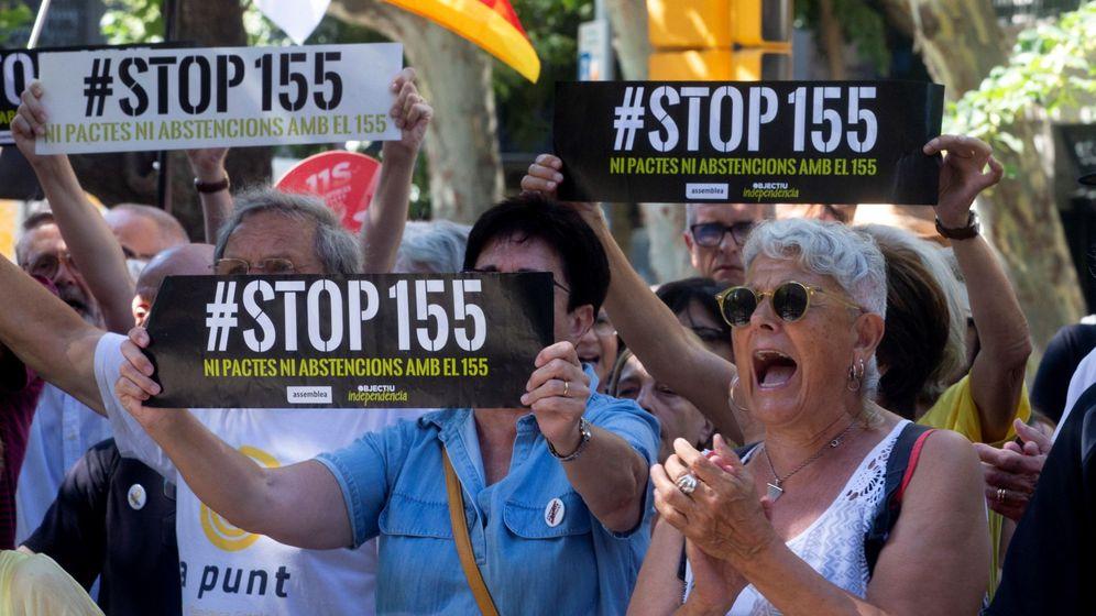 Foto: Más de un centenar de independentistas protesta a las puertas de la Diputación de Barcelona para criticar la desunión del soberanismo. (EFE)