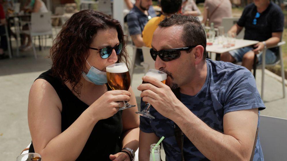 Foto: Una pareja, en una terraza de Madrid. (Reuters)