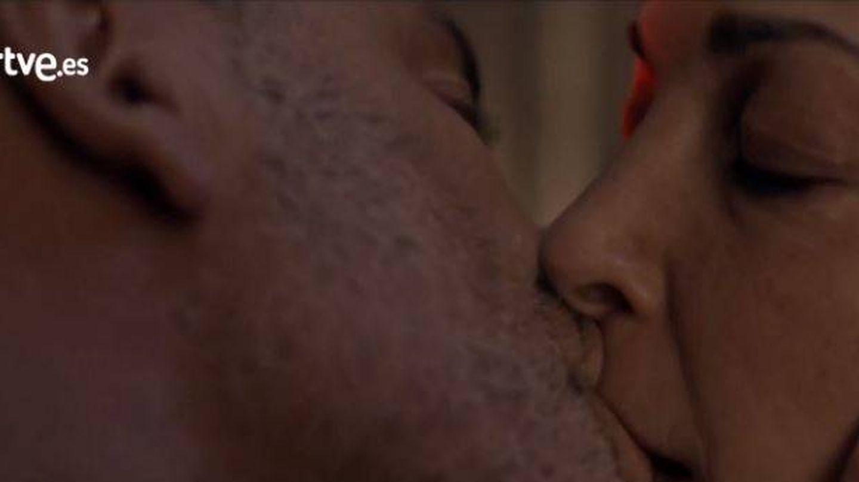 Beso entre Márquez y Laura en 'Estoy vivo'.