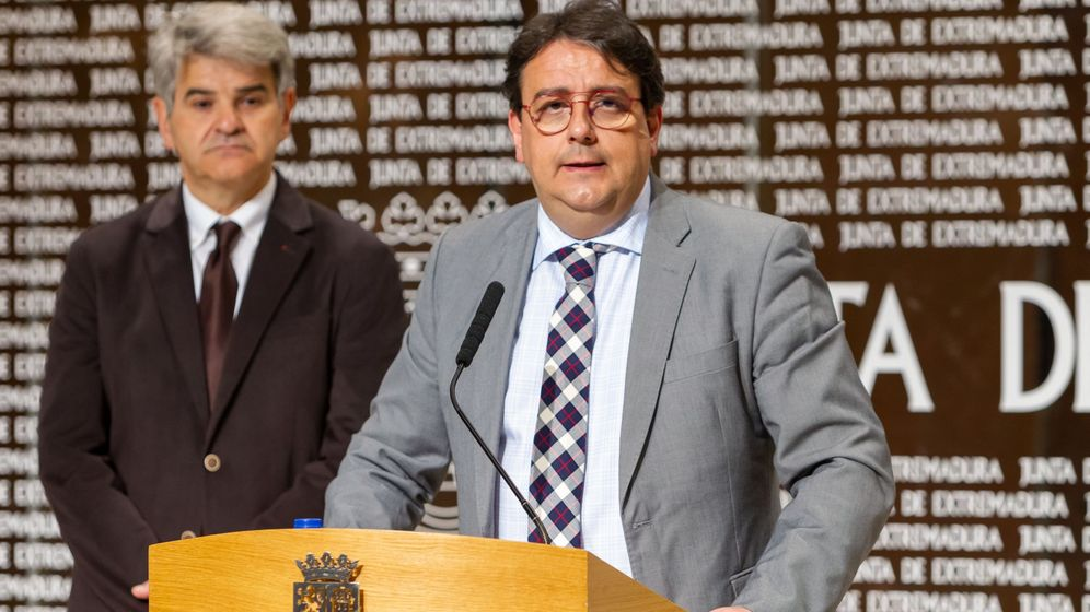 Foto: El vicepresidente segundo y consejero de Sanidad y Políticas Sociales de la Junta de Extremadura, José María Vergeles (d). (EFE)