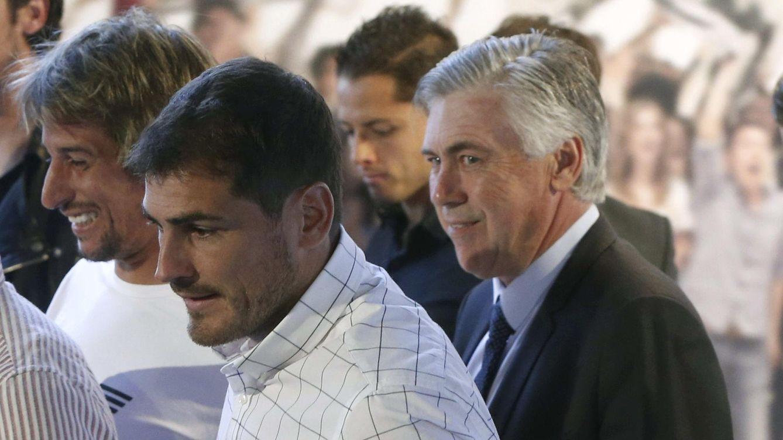 Foto: Casillas, junto a Casillas, durante la presentación de la aplicación 'Real Madrid App' de Microsoft, en el palco de honor del Bernabéu (EFE)