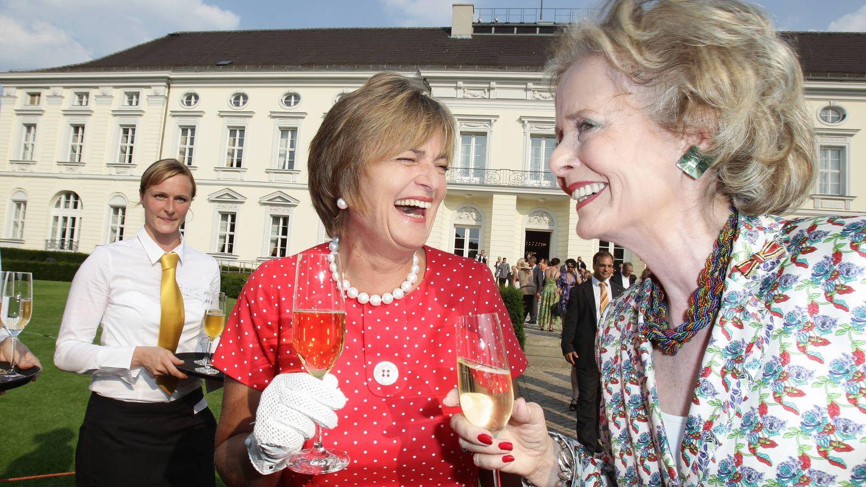 Gloria von Thurn und Taxis y la condesa Isa von Hardenberg, en una recepción. (Getty)