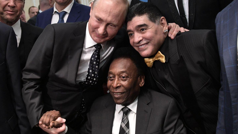 Vladimir Putin y Maradona posan junto a Pelé. (EFE)