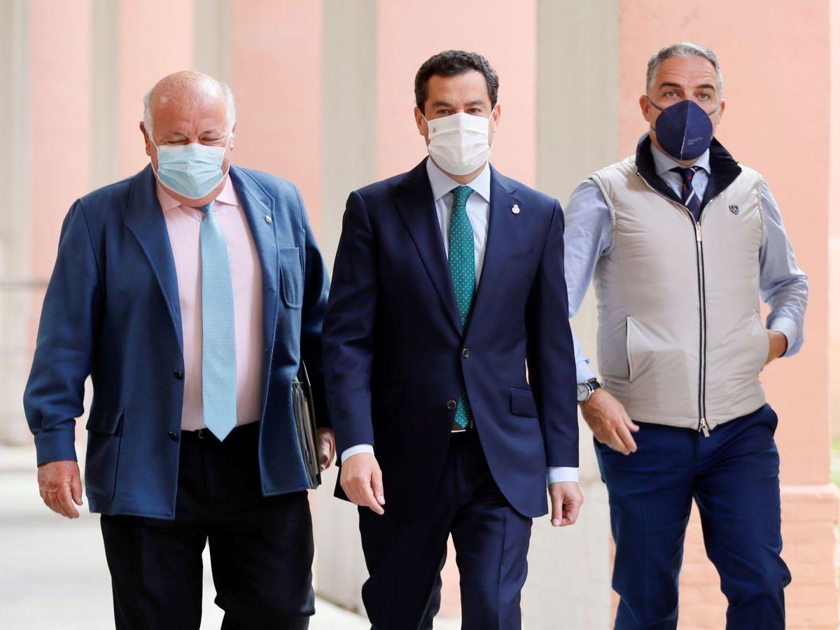 Foto: El presidente de la Junta de Andalucía, Juanma Moreno (c), acompañado de los consejeros de Salud, Jesús Aguirre (i), y de Presidencia, Elías Bendodo. (EFE)