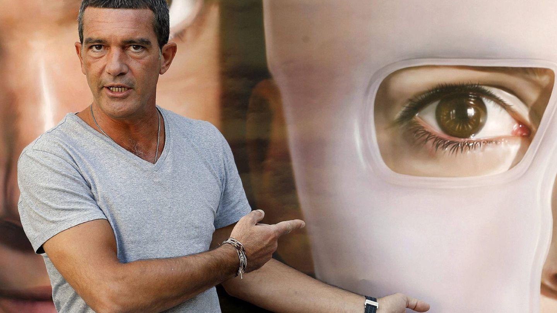 Antonio Banderas con el cartel de 'La piel que habito'. (EFE)