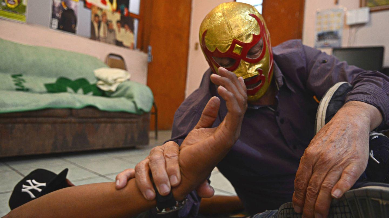 Fray Tormenta le enseña a un joven luchado la llave conocida como (E. Vaquerizo)