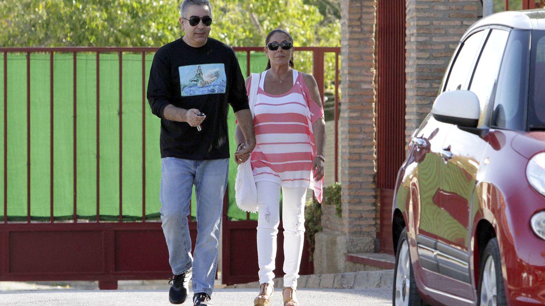 Foto: Isabel Pantoja, junto a su hermano Agustín a su salida de la cárcel (Gtres)