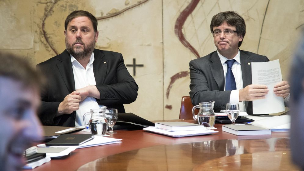 Foto: El presidente de la Generalitat, Carles Puigdemont, junto al vicepresidente, Oriol Junqueras (i), durante la reunión semanal del Govern. (EFE)