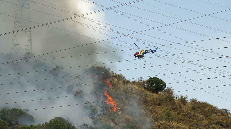 Los bomberos siguen trabajando en la extinción del incendio de Collserola