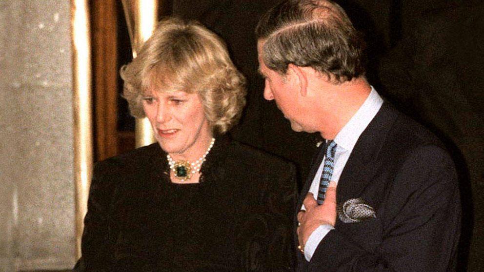 Veinte años de la 'operación Ritz': así se gestó el primer posado de Carlos y Camilla