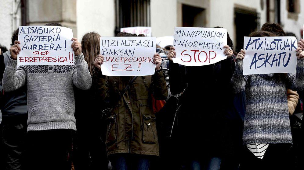 Foto: Concentración en Alsasua de familiares y amigos de los detenidos por la agresión a dos agentes de la Guardia Civil. (EFE)