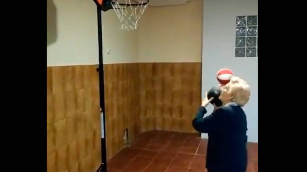 Foto: La anciana se lo pensó, amagó... y anotó la canasta (Foto: Twitter)